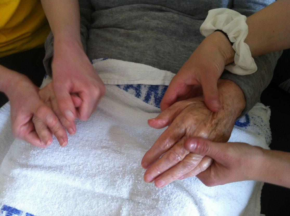 Håndspa med håndskrubb, smøring av hender og håndmassasje,
