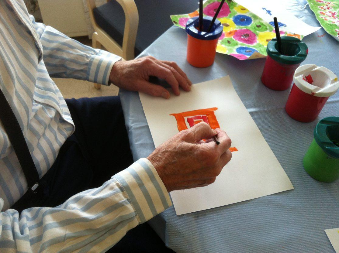 Elever og beboere kunne lage kunstverk med maling.
