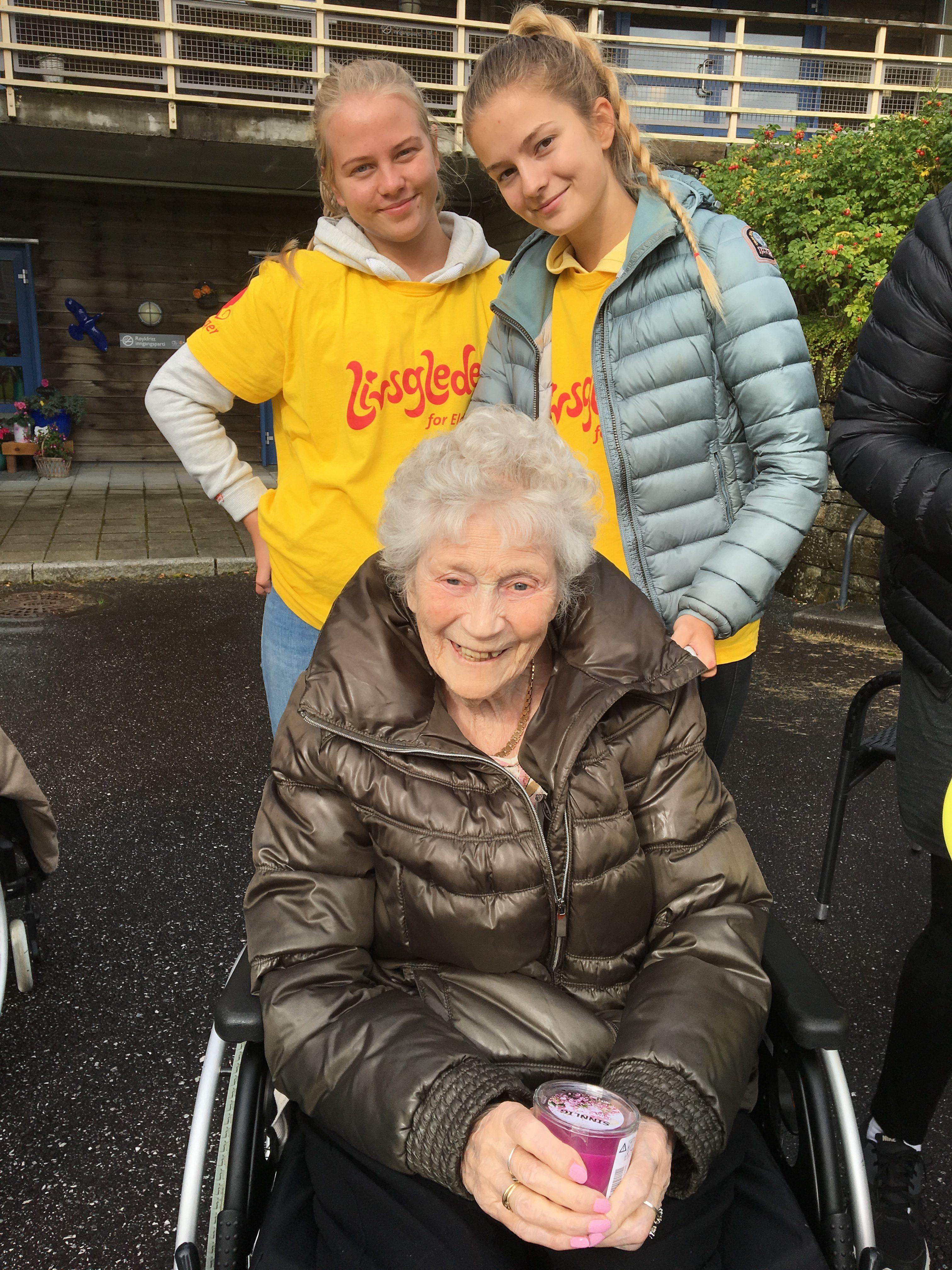 065cc1d2 Judith på96 år her sammen med elevene Emilie og Kine har deltatt på bowling  og fikk lysestake i premie. Hun hadde også fått manikyr – rosa neglelakk ...
