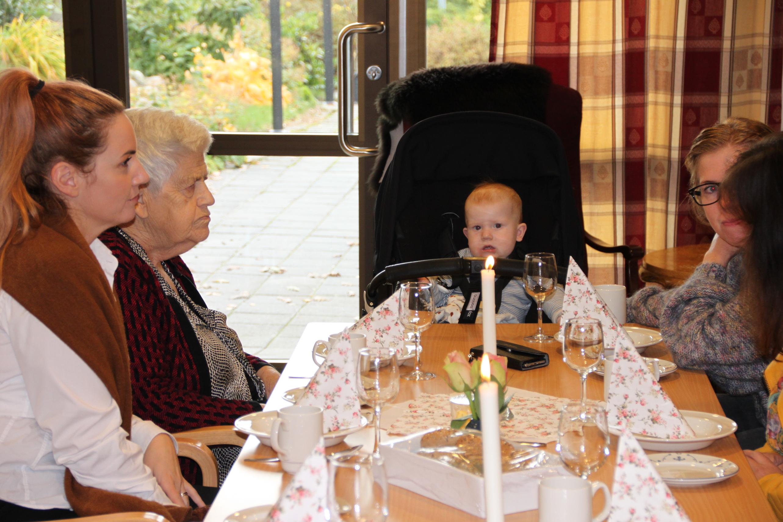 Flere generasjoner sitter til bords