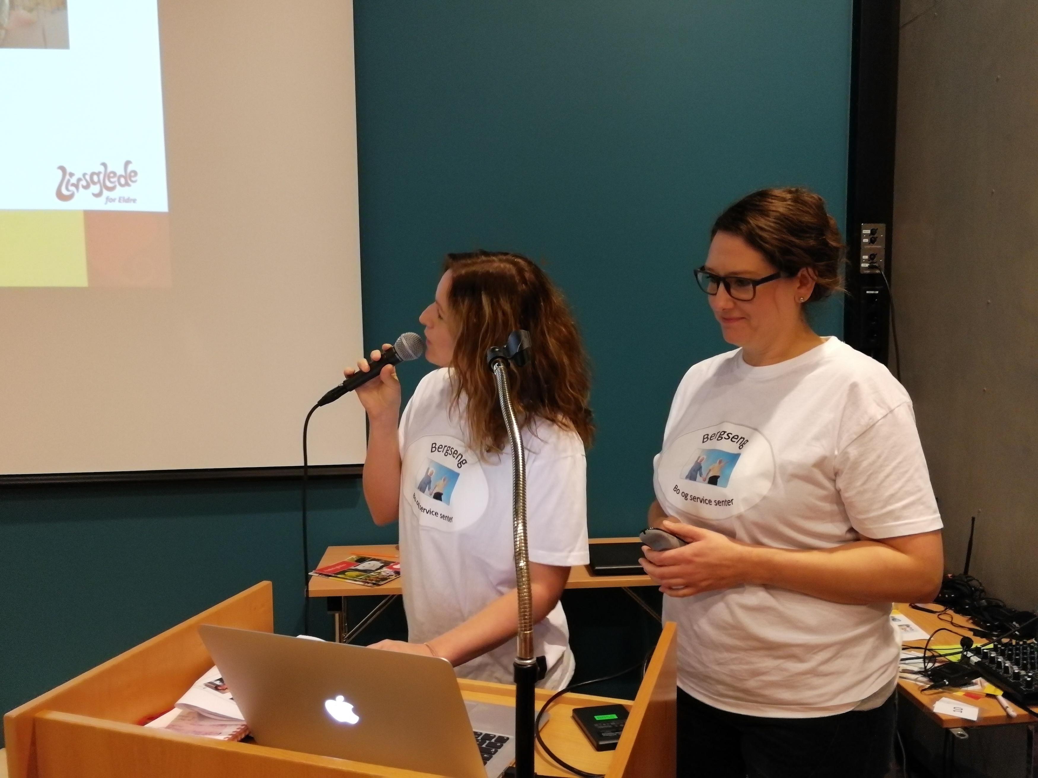 Tone Johansen (t.v.) og Erika Killengren, hhv hovedlivsgledeansvarlig og driftskoordinator på lvisgledehjemmet Bergseng bosenter i Harstad, fortalte om sine erfaringer i sertifiseringsarbeidet.