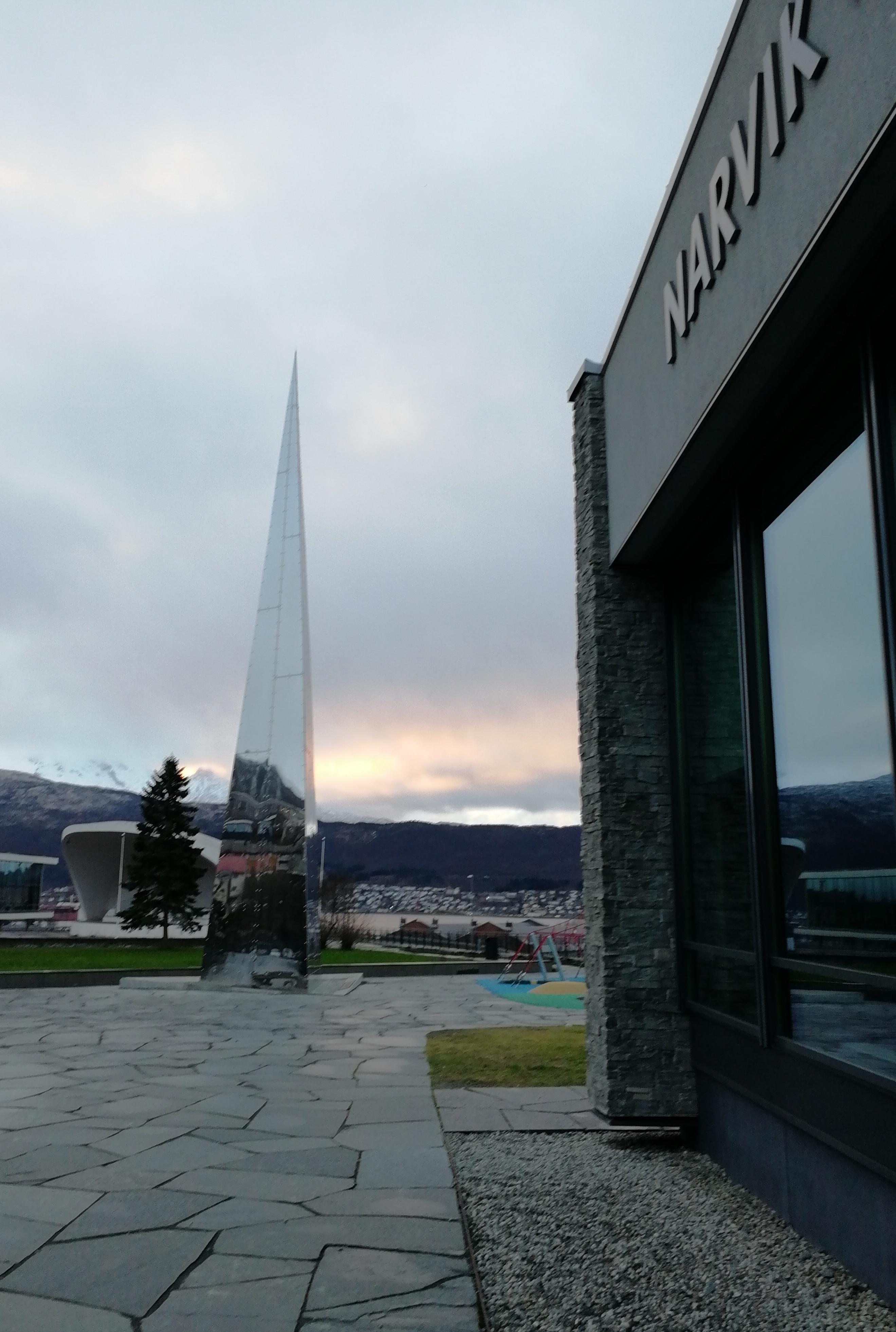 Spektakulær utsikt til majestetiske fjell fra Narviksenteret