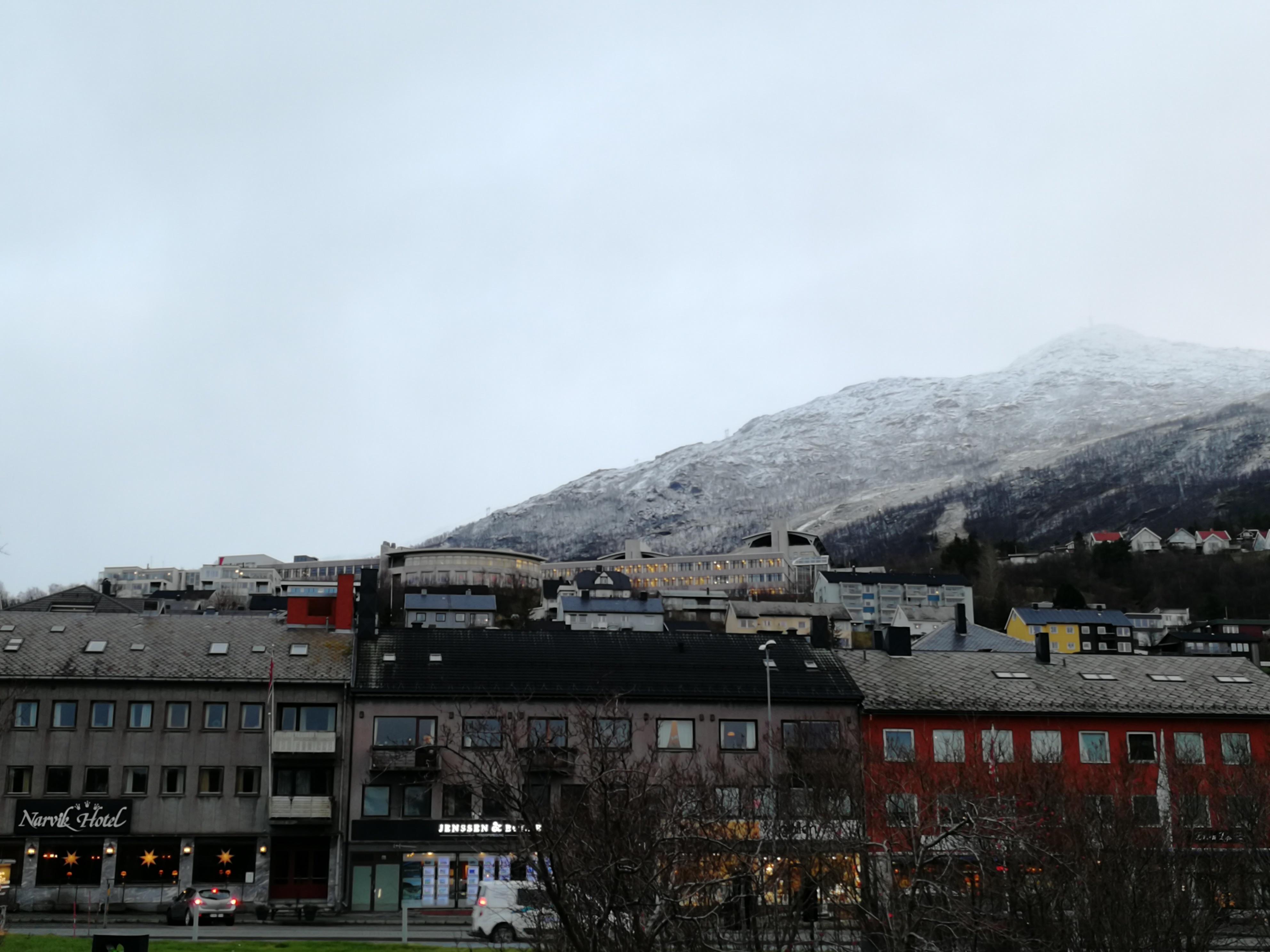 Storslått natur i Narvik, med alpinanlegg midt i byen.