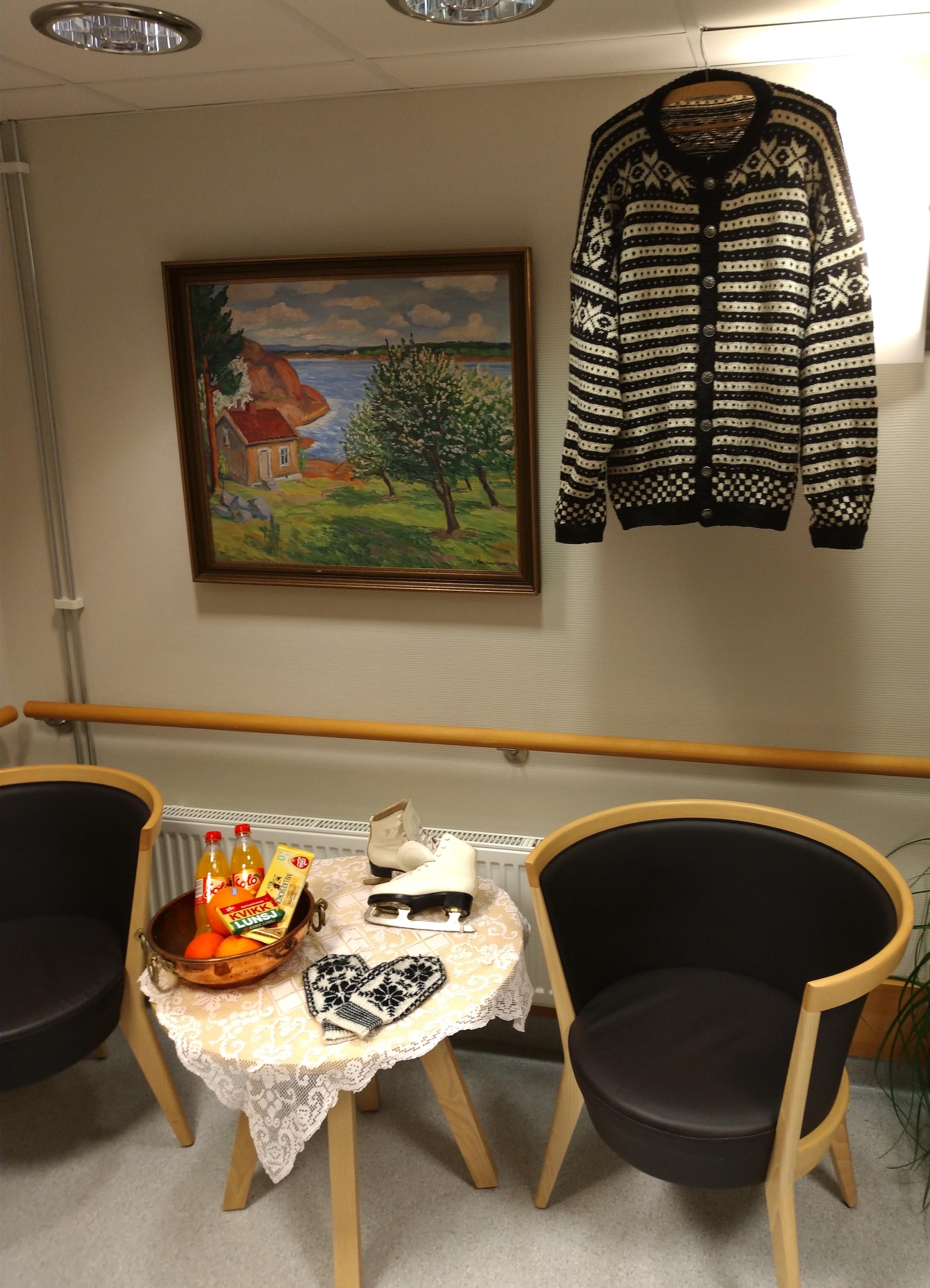 Et. hjørne i korridoren har fått vinterstemning med Solo, Kvikk-lunsj, skøyter og strikkeplagg