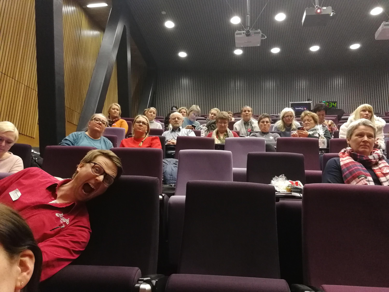 Konsentrert publikum og linselus og veileder Knut Wetting