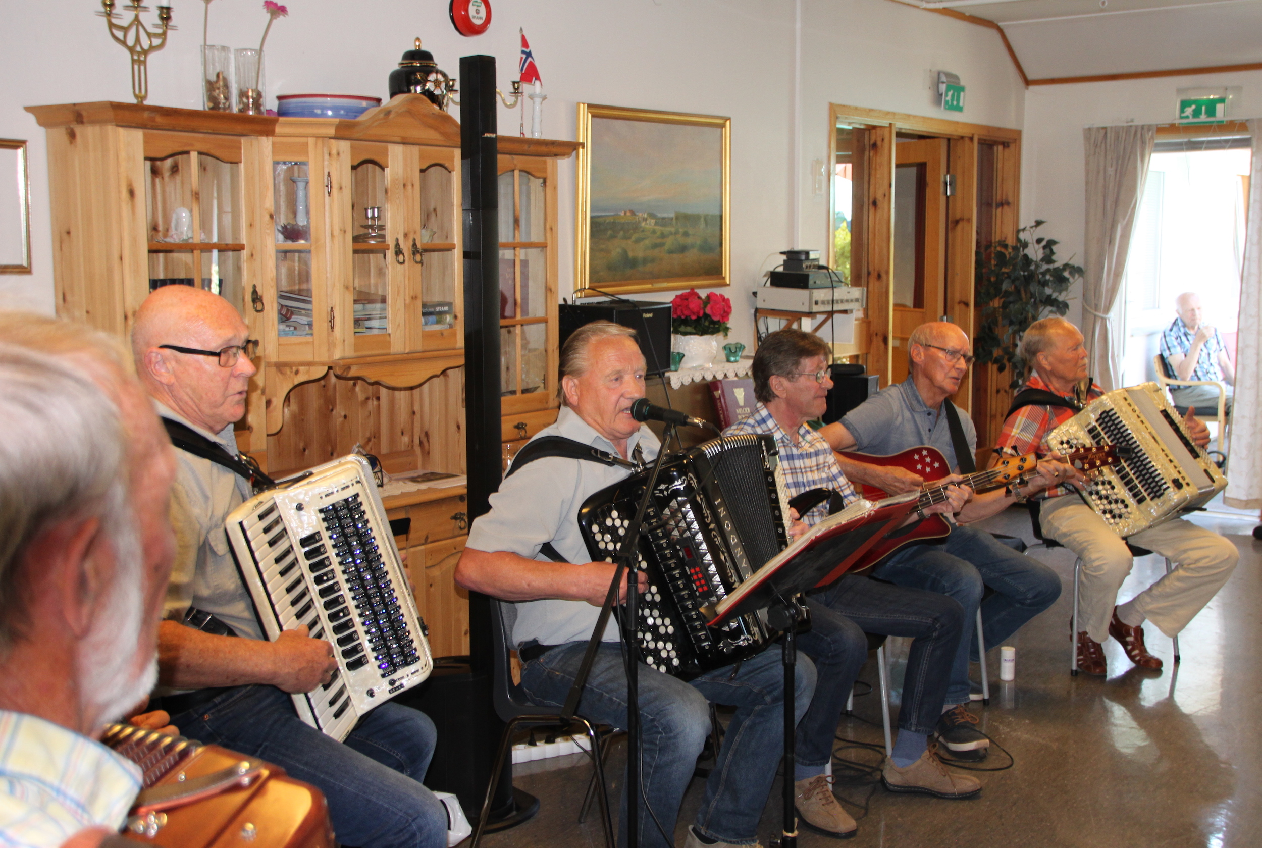 Ryfylke trekkspillklubb underholder på årets sommerfest på Tautunet.