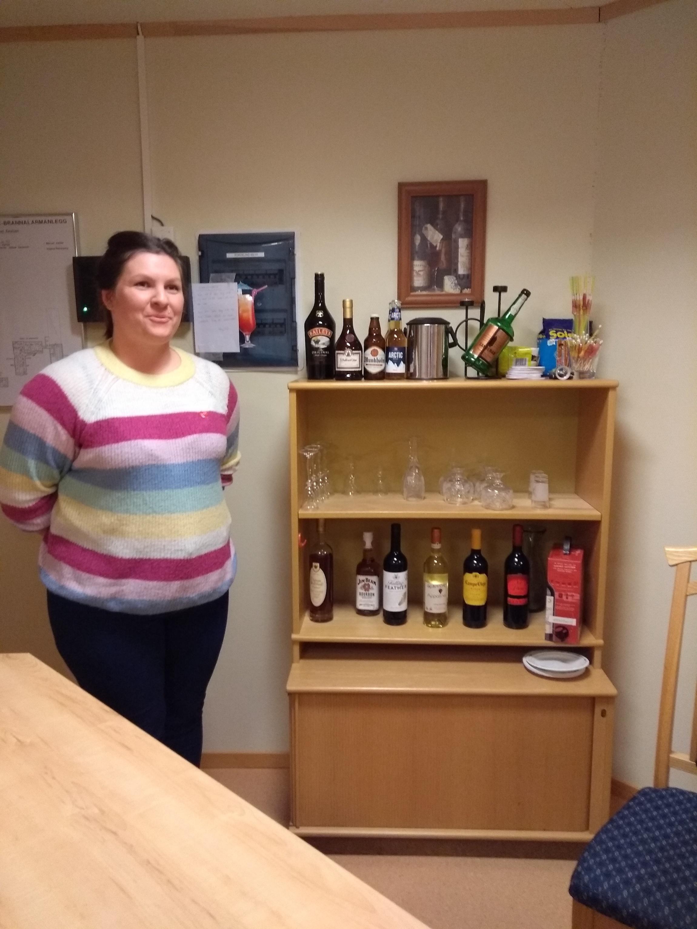 Sykehjemmet har egen bar og pårørende har bidratt med drikke