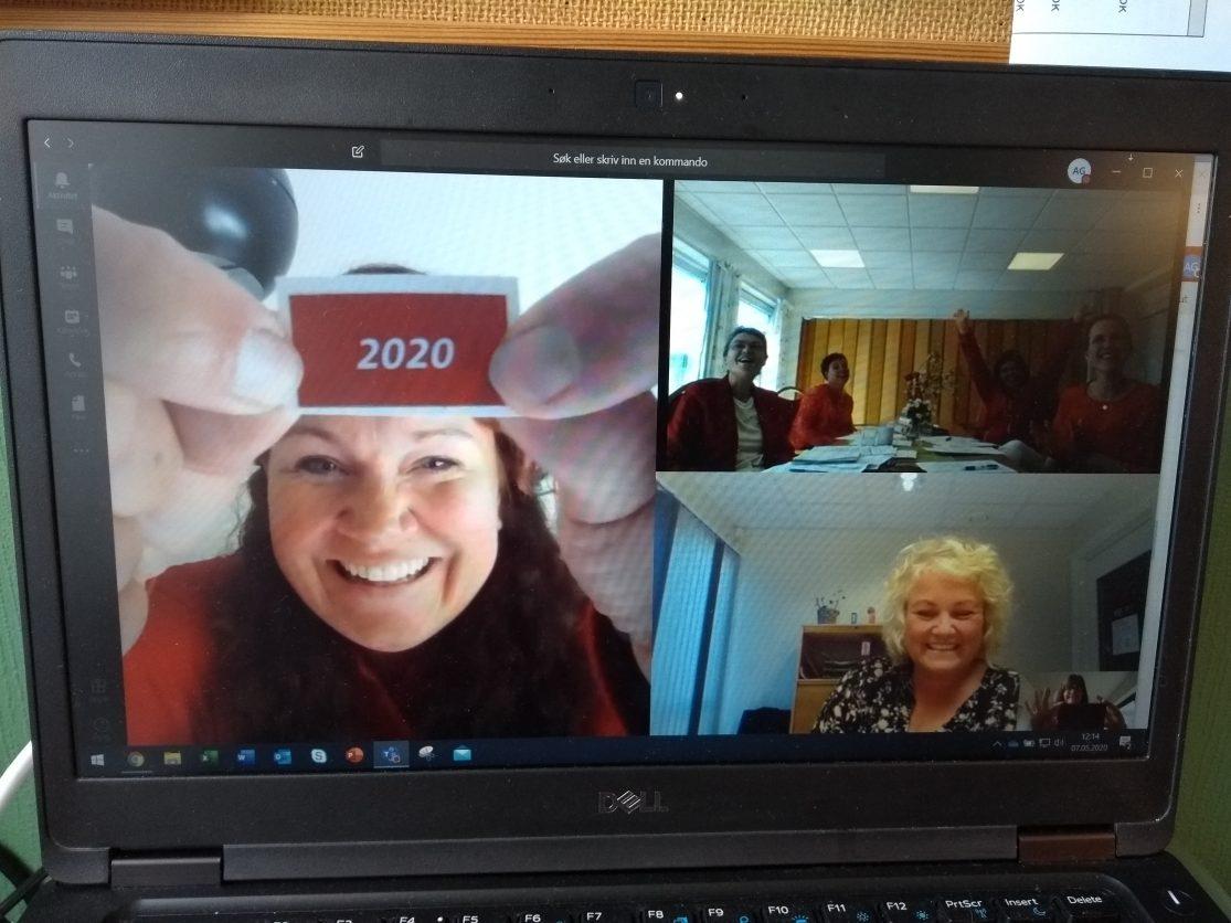 Sertifisør Yvonne Brager viser frem oblaten som viser at Tjølling sykehjem er resertifisert som Livsgledehjem