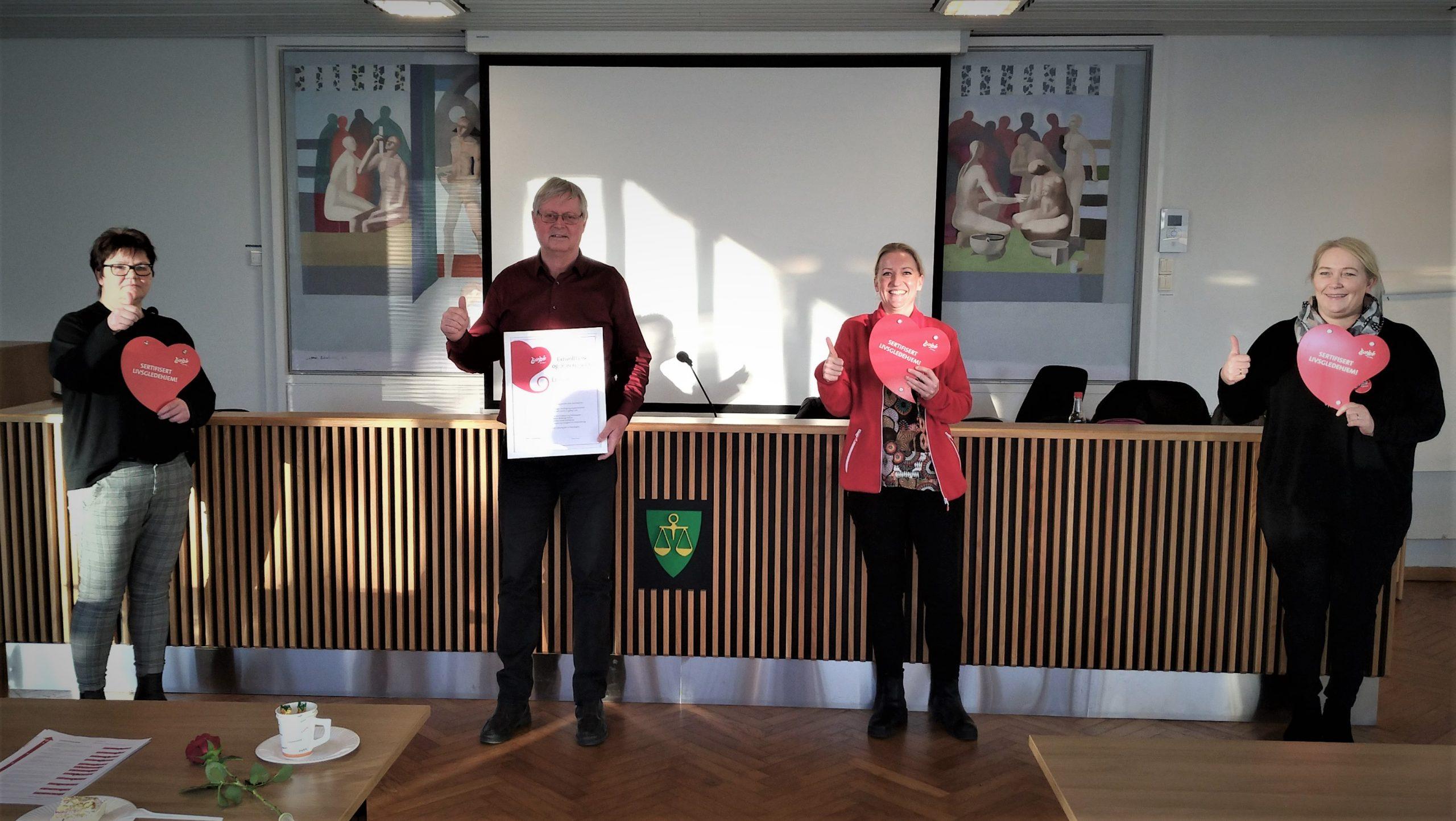 Virksomhetsleder Vidar Roseth og livsgledekonsulenten Tonje Sørum Tranum med to av medlemmene i livsgledegruppen