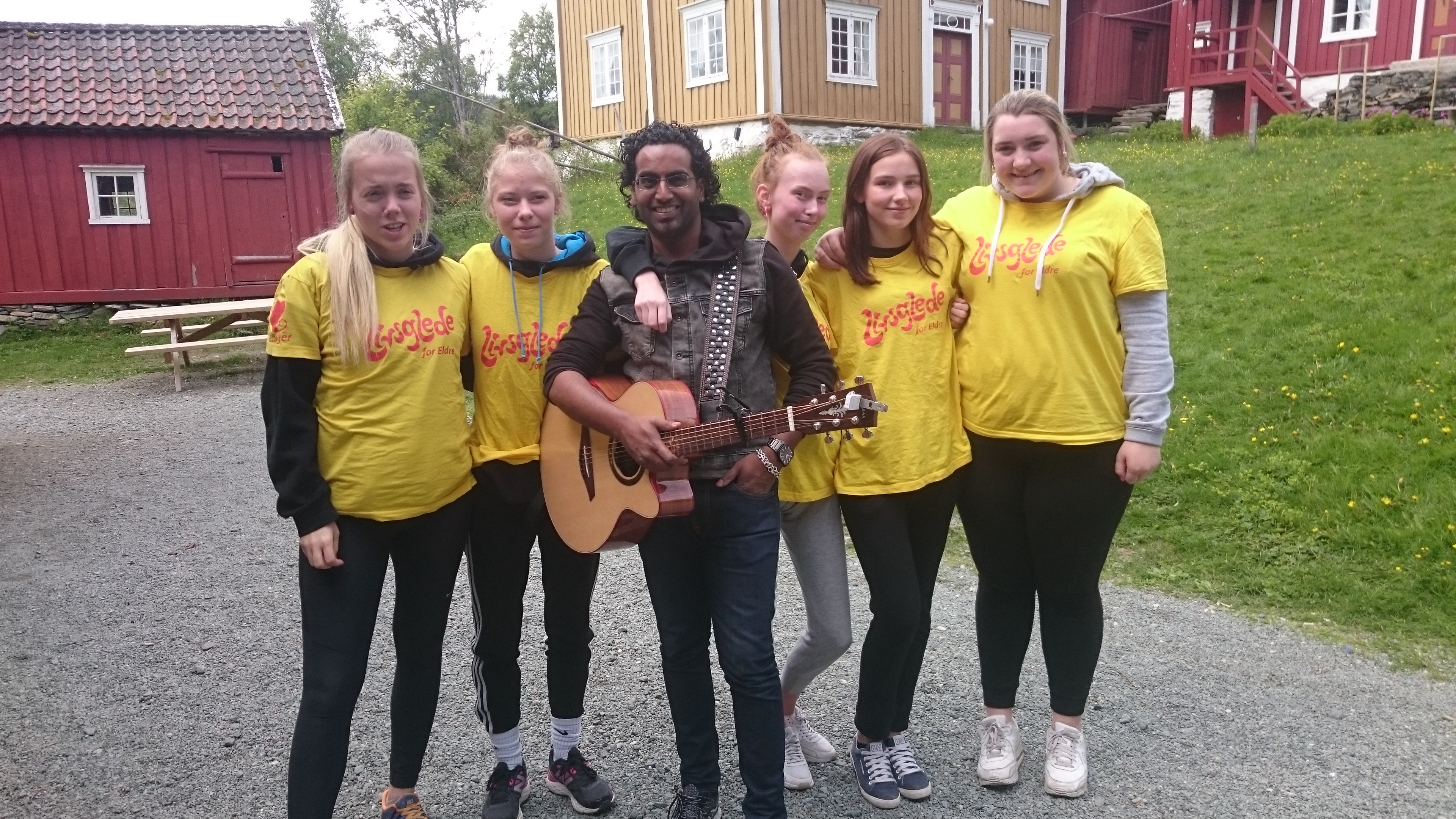 Chand Torsvik overrasket livsgledeelever fra helse- og oppvekstfag på Byåsen videregående skole i Bymarka