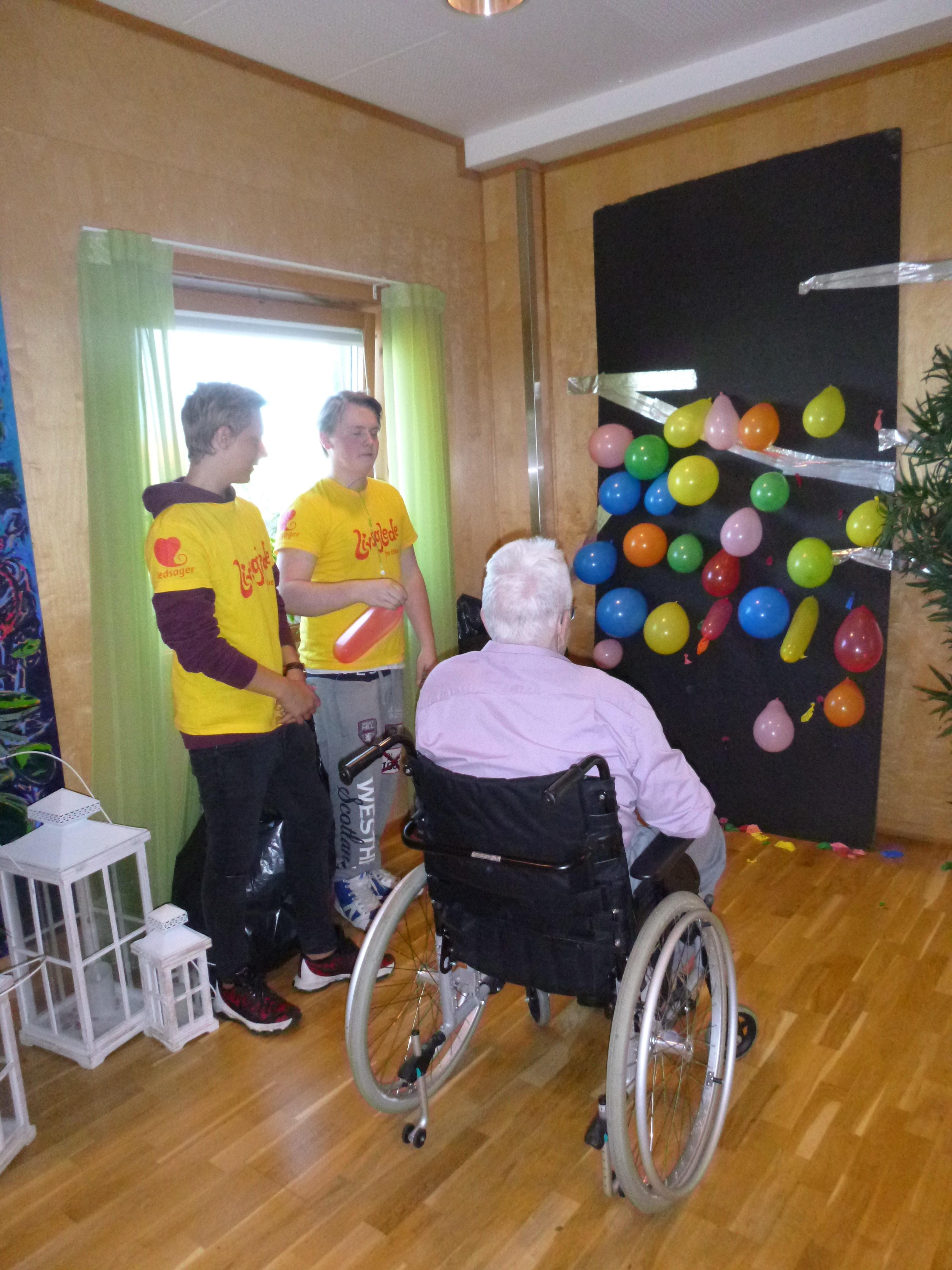 Ballongkasting med elever fra livsgledeskolen Tiller VGS og beboer ved Tiller helse- og velferdssenter