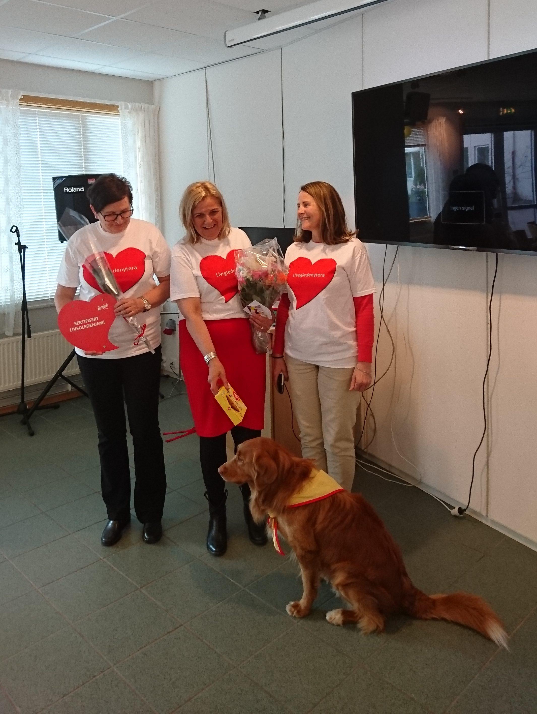 Hunden Buddy er lokal kjendis og ansatt i 20% som livsgledehund!