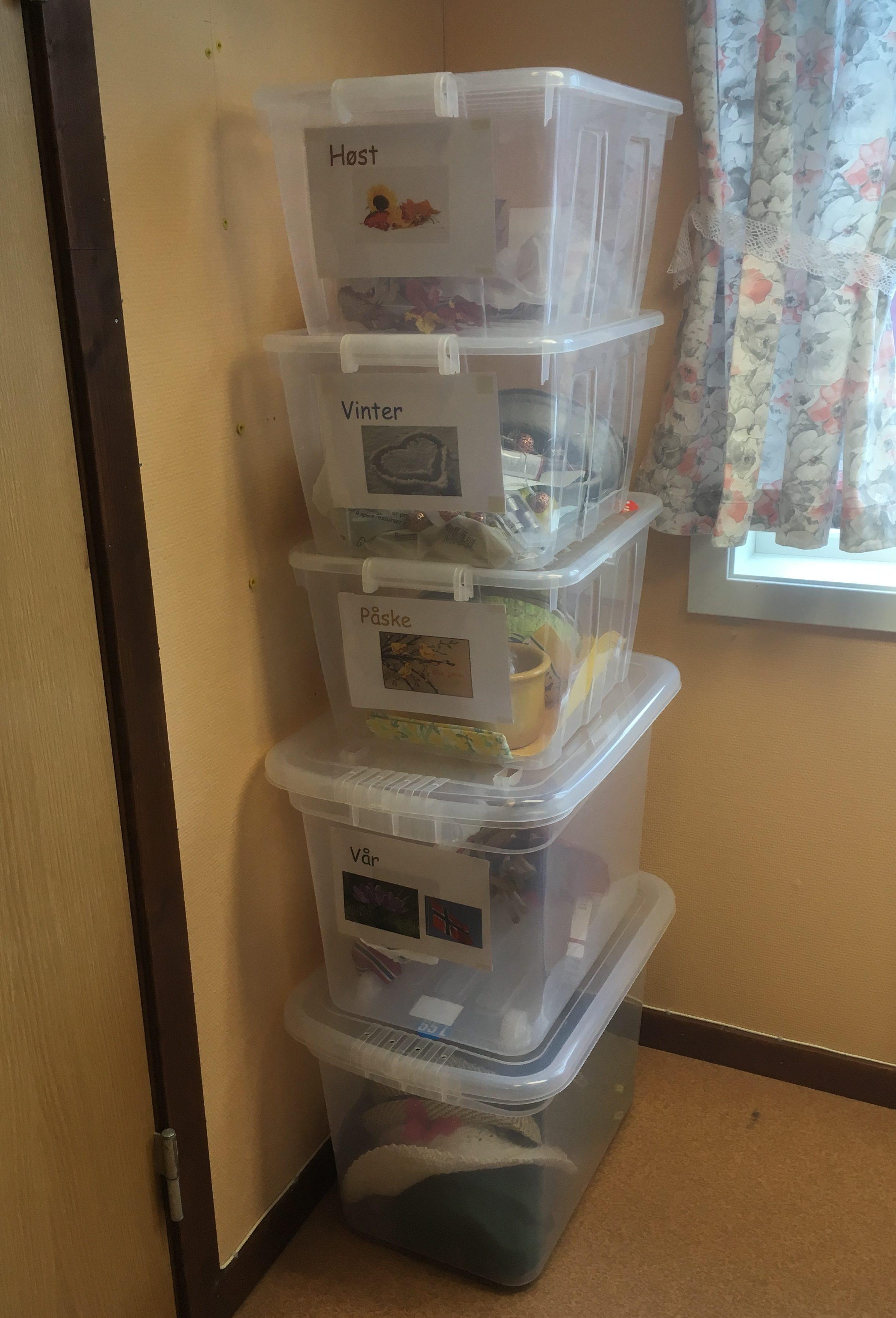 Årstidsrekvisitter sortert i kasser og tydelig merket ved Stod sykehjem i Steinkjer kommune