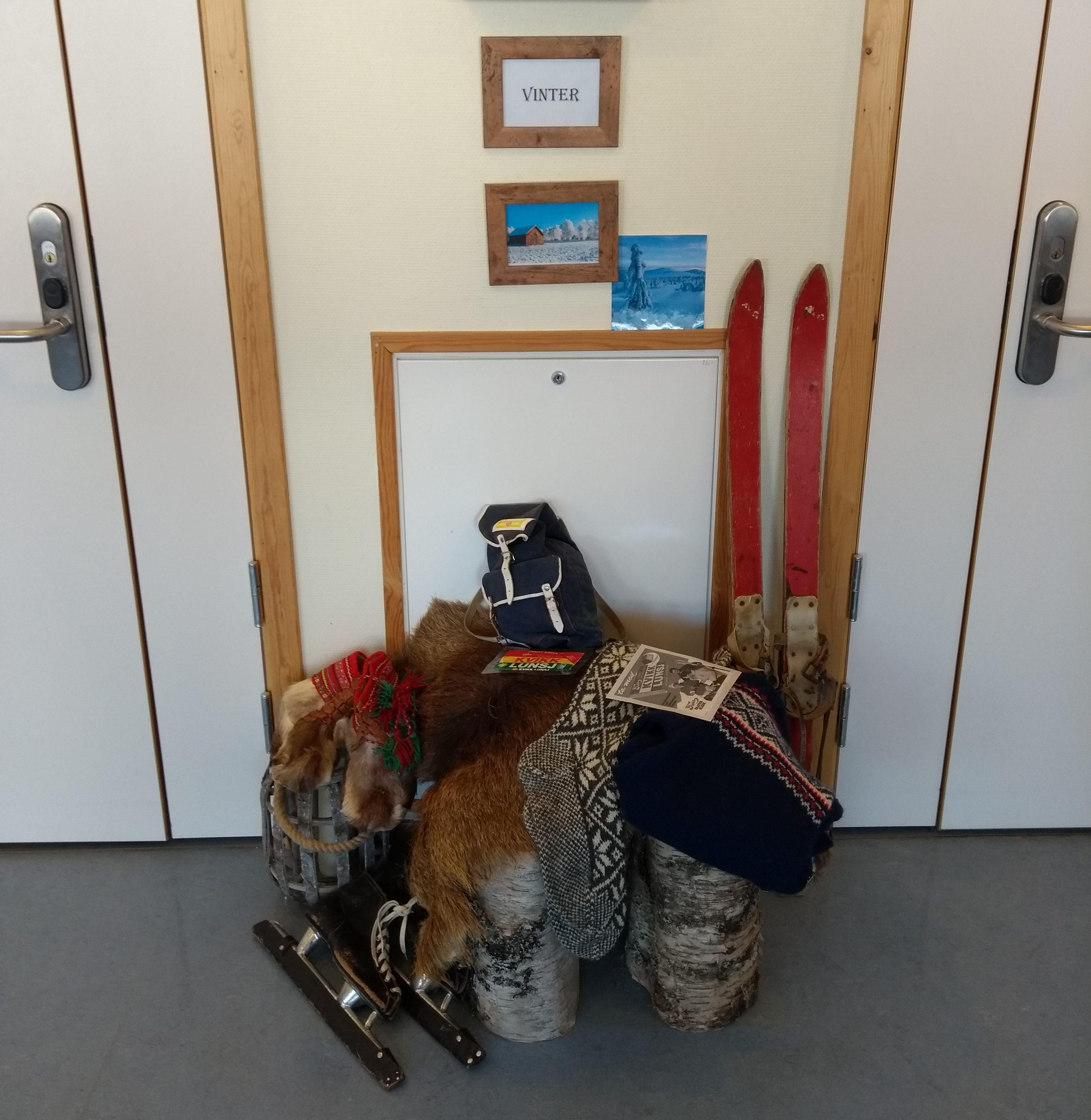 Vinterpynt med ski, skøyter, kvikklunsj og bilder skaper stemning og årstidsrytme i korridoren
