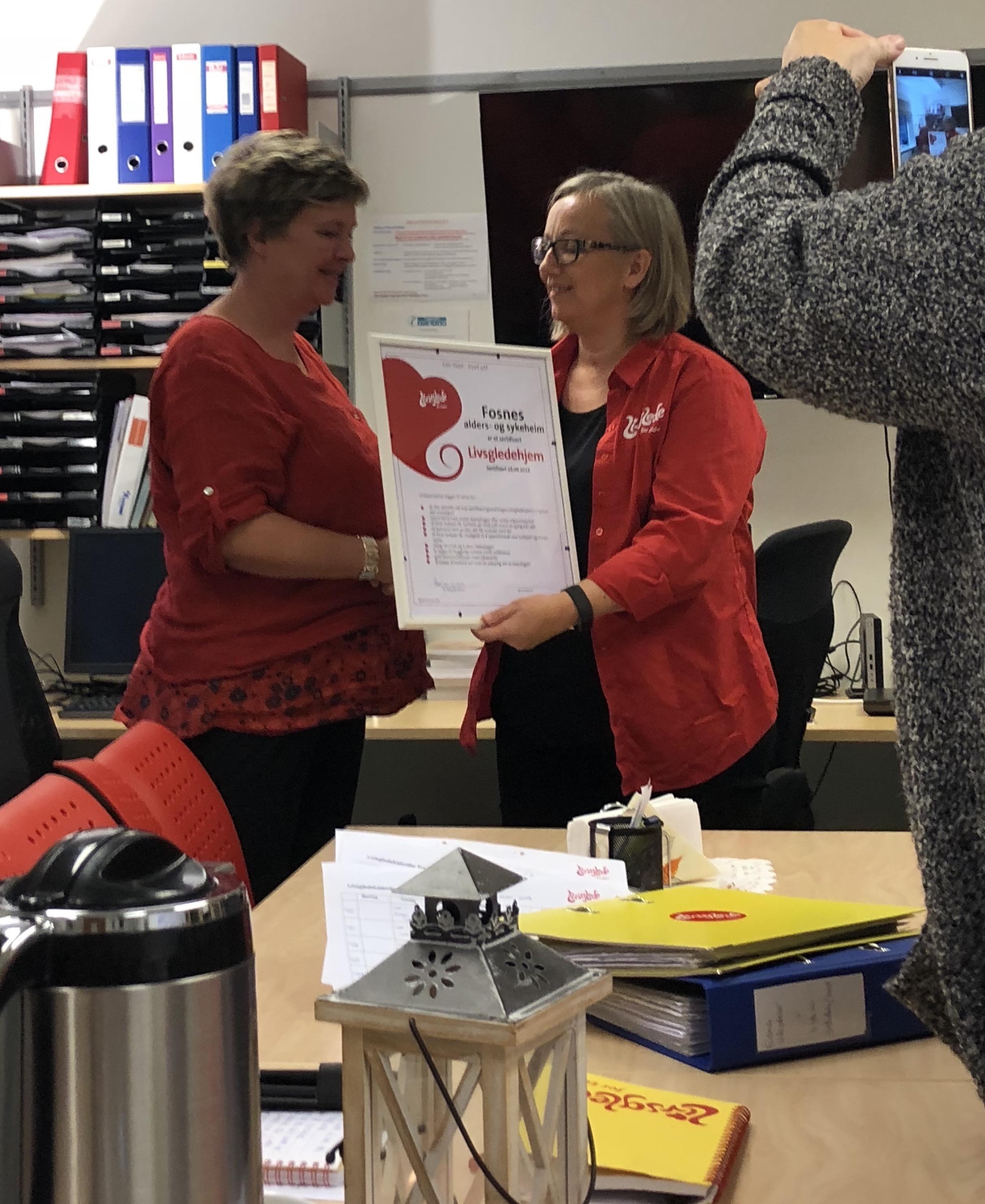 Jane Tingstad mottar sertifikatet som beviser at Fosnes alders- og sykehjem er et Livsgledehjem