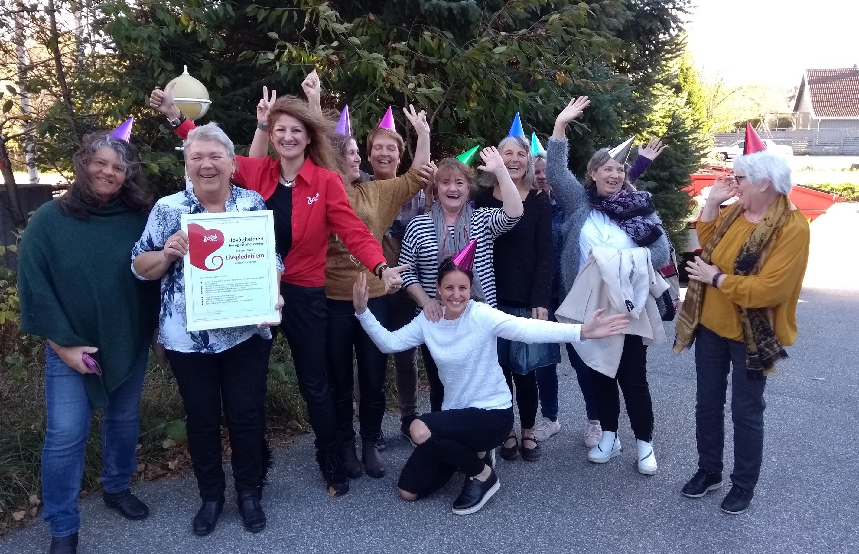 Hele livsgledegruppen på Høgvågheimen BOA med partyhatter på etter gjennomført sertifisering som Livsgledehjem