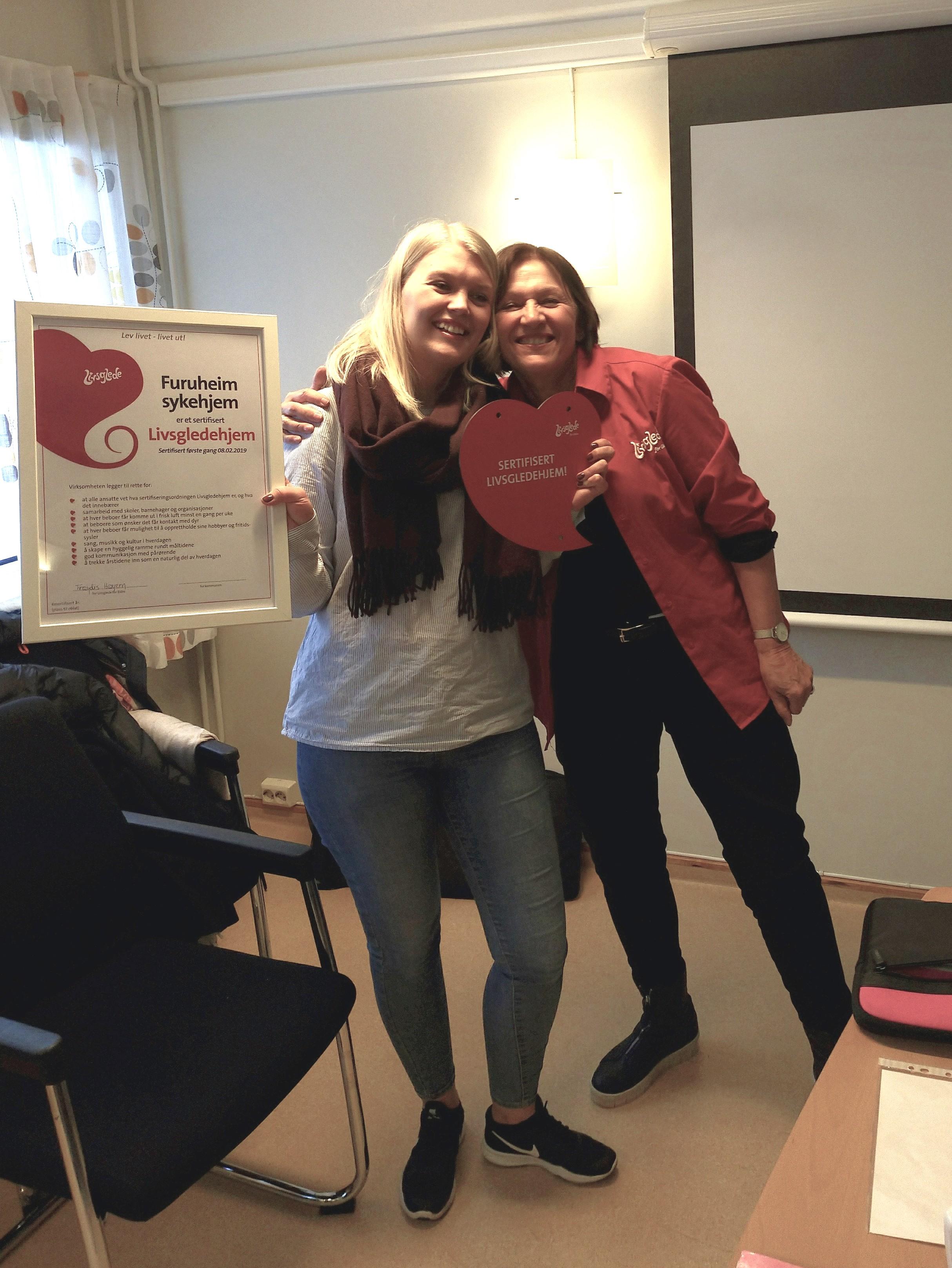 Leder for Furuheim mottar sertifikat og plakett fra sertifisør Frøydis Høyem