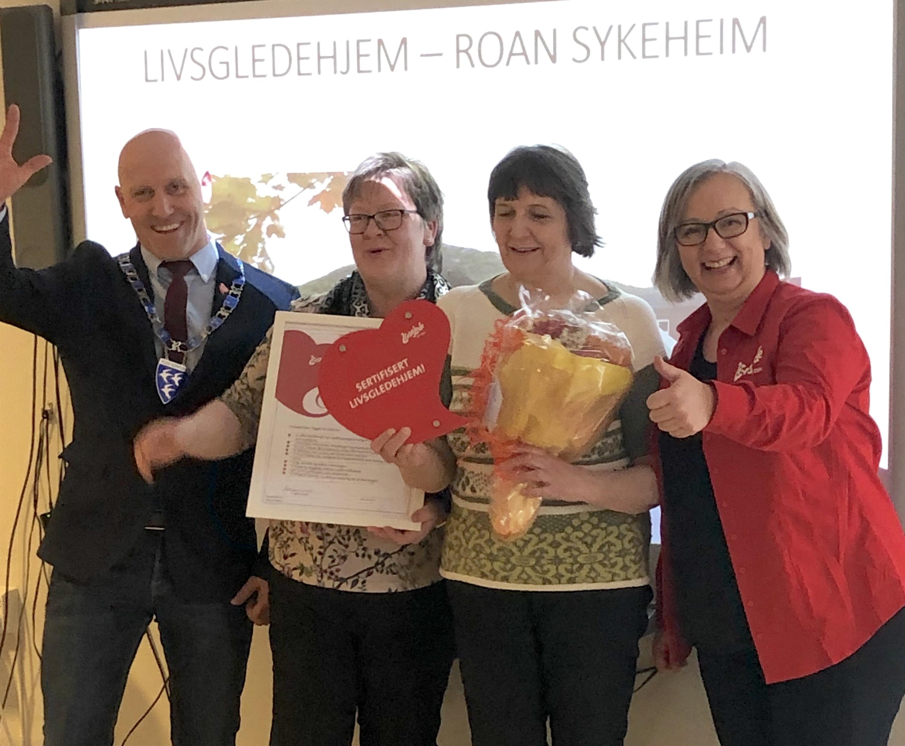 Ordfører Einar Eian kom for å gratulere Roan sykehjem med gjennomført sertifisering