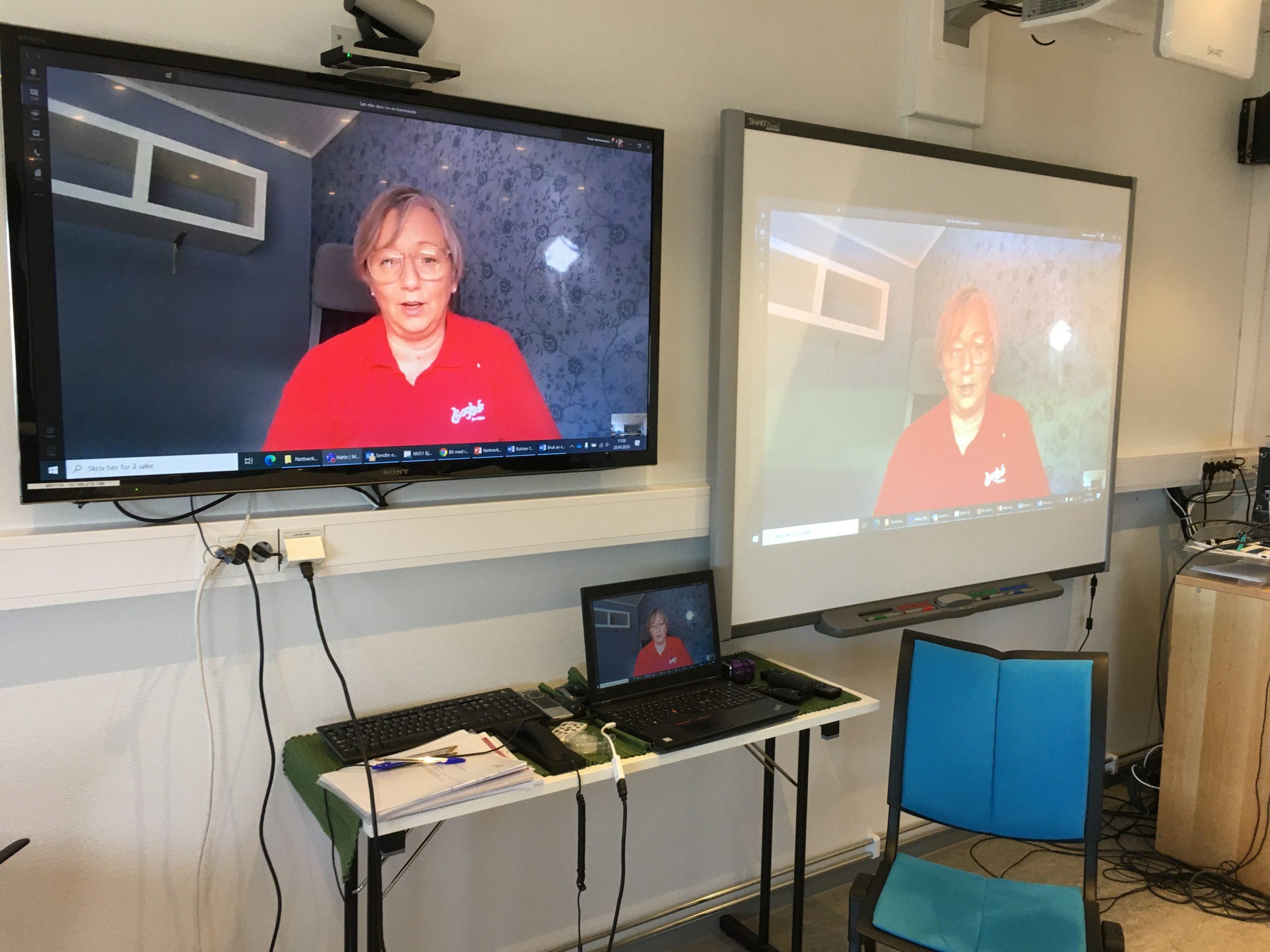 Sertifisør og veileder Annbjørg Lyngås på flere skjermer under digital nettverkssamling på Bjugn helsesenter